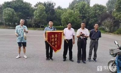 丹阳延陵新生锡剧团给交警送来一面锦旗 背后故事暖人心
