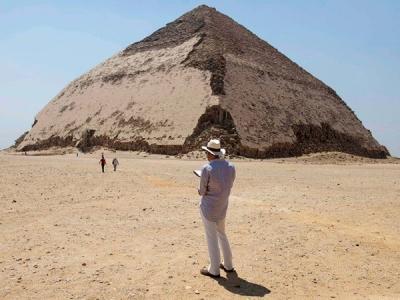 埃及宣布有4500年历史的弯曲金字塔内部墓室向游客开放
