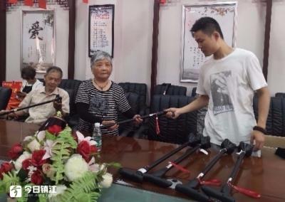 定位报警听音乐……多种功能系于一杖,米山社区20位老人有了趁手的工具