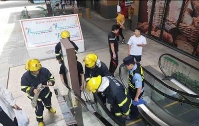 为捡手机,镇江一小伙摔落5米深扶梯井内