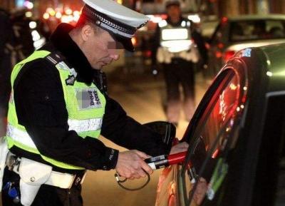 男子车辆未年检遇查酒驾冲卡逃逸  一名民警受轻伤