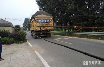 """镇江丹徒一货车深夜肇事 拉断线杆成了""""路障"""""""