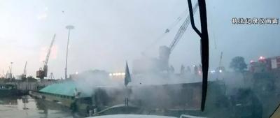 丹阳水域有艘货船突发大火