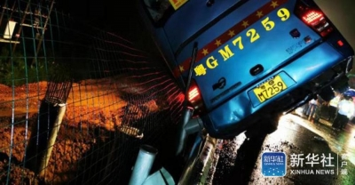 广东一辆大巴车在高速上侧翻 已致7人死亡 11人受伤