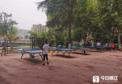 丹阳城管安装暖心实施,人民公园再也不怕乒乓球掉河里了