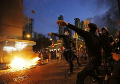 香港警方:示威者暴力行径升级 将继续保护市民安全