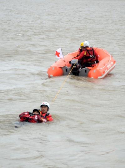 镇常两地红十字救援队伍联合开展长江防汛演练