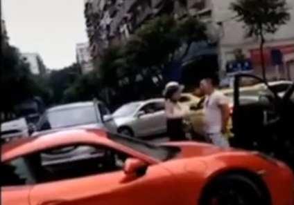 跟踪   重庆警方:免去保时捷女车主丈夫所长职务,对其立案调查
