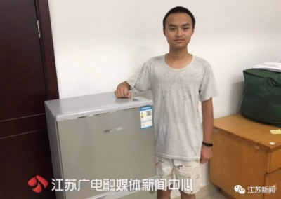 大一新生带小冰箱报到 学校知情后给他买了个更大的
