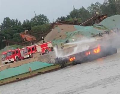 危险!京杭大运河上船舶突发大火,船主浑然不知