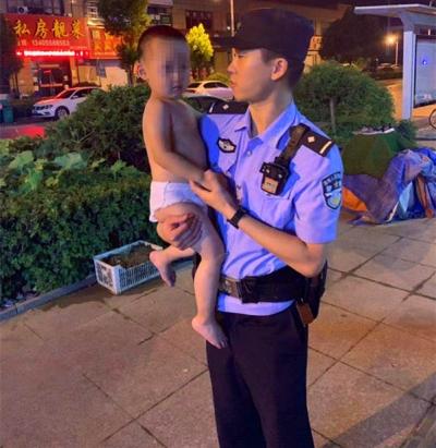 晚上十点 只穿纸尿裤的小男孩独自在小区门口玩耍