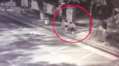 长沙警方再报女子深夜等车被捅:嫌犯无业,酒后心中压抑行凶