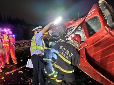 货车侧翻两人被困 交警救人还要救虾