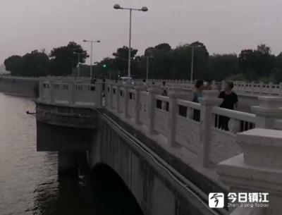 清晨,聆江桥畔 一醉酒男子的举动把钓鱼的人吓了一跳