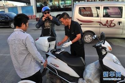 天气太热,摩托车违法行为增多 镇江新区交警最多一天暂扣9辆摩托车
