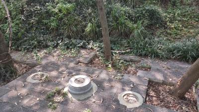 磨笄山上的座椅不少都损坏了 记者联系的两家单位都称自己不是建设和管理方