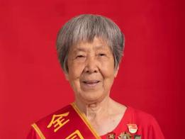 佩戴劳模勋章 回忆奋斗岁月 镇江市总工会为老劳模拍摄佩勋照