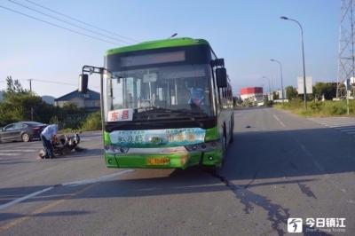 句容一公交车惹祸了,未按规定让行致三车相撞!公交车担主责