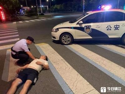 谁都不服就服你们 酒酣醉倒路上,民警一晚跑了三趟