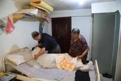 """高龄老人照顾瘫痪儿子十六载: """"只有他还在,这个家才是完整的"""""""