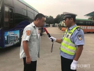 为让家长放心,京口交警与公交公司今晨突击检测了这个……