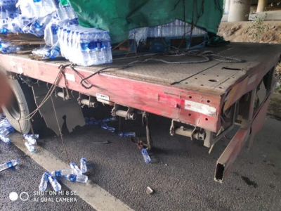 行车途中困意来袭 货车追尾致矿泉水撒满地