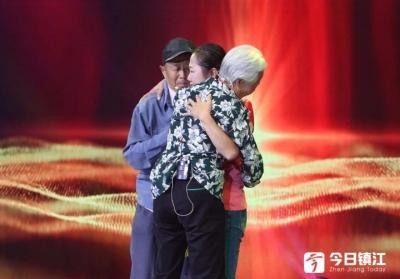 面对三年多未见的父母,最温暖的一抱! 那一刻,太多的人眼里湿润了