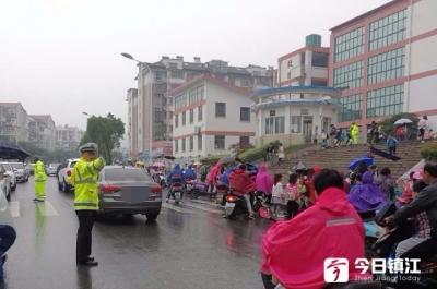 """镇江新区交警""""护学岗""""与学生同步开学"""