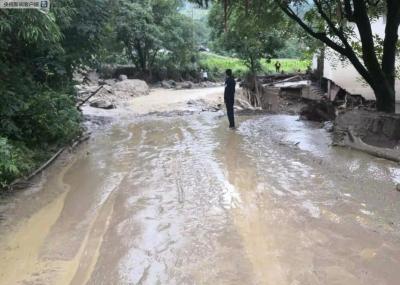 云南丽江玉龙突发山洪致2人失联 4户民房受损