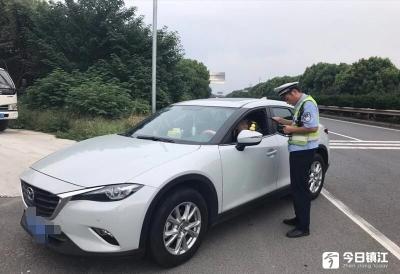 """车主请注意,后视镜粘上""""小黄鸭""""违法! 丹阳女司机被罚款100元"""