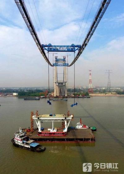 镇江长江大桥中跨首节钢梁架设成功