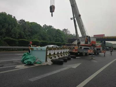 高速公路被砸出两个大坑,粗心司机险酿成大祸