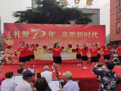 居民骑车看变化 歌颂新中国70年