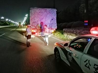 镇江新区交警开展集中统一夜查行动