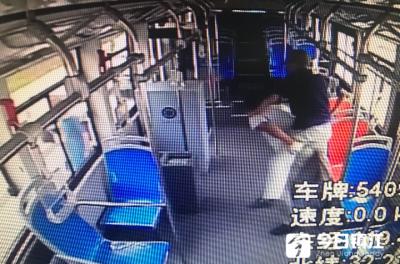 镇江这位公交车司机大哥,你背大爷下车的样子真帅!