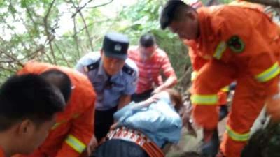 刚刚一游客登高骊山意外滑倒摔骨折  多部门联合救援