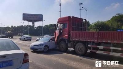 大货车突然变道,小轿车被撞得转体九十度