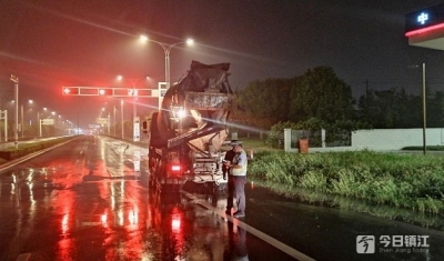 镇江新区交警开展雨天违法停车专项整治