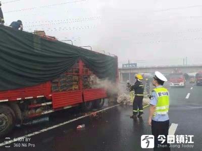 保畅通,减损失,公安消防同心协力成功处置车辆起火