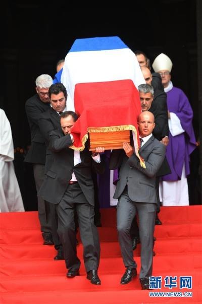 法国民众冒雨吊唁前总统希拉克