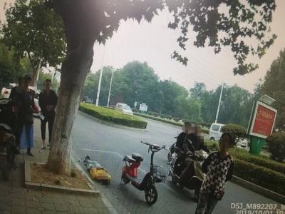 国庆节男子醉酒躺路边  市民帮忙报警求助