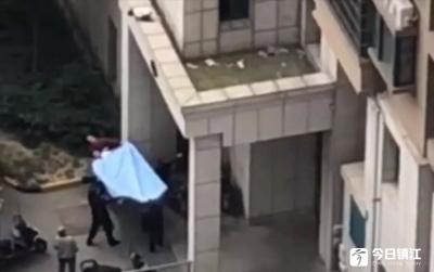 惊险万分!眼看一女童要掉落,下面的群众拉起了棉被!