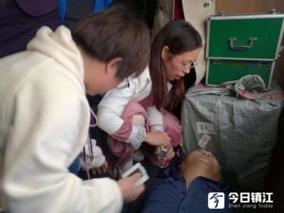 """高铁上的感人瞬间!男子突发心脏病,""""中国好人""""杨凌紧急抢救病人!"""