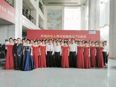 用高亢嘹亮的歌声向中华人民共和国成立70周年致以最美好的祝福