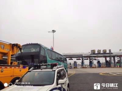 大客车抛锚高速公路,交警及时救援排除安全隐患
