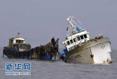 日本渔业取缔船与朝鲜大型渔船相撞,约20名船员落水
