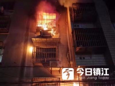 9日凌晨,电力路小孟湖小区突发大火,母女被困家中