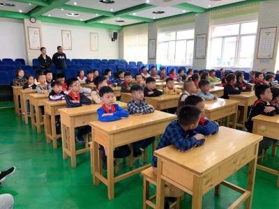 民警走进小学校园,开展普法教育宣传