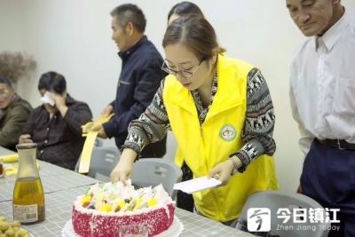 镇江新区为失独老人举办集体生日会
