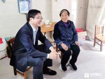 农行镇江分行党委书记走访慰问困难家庭